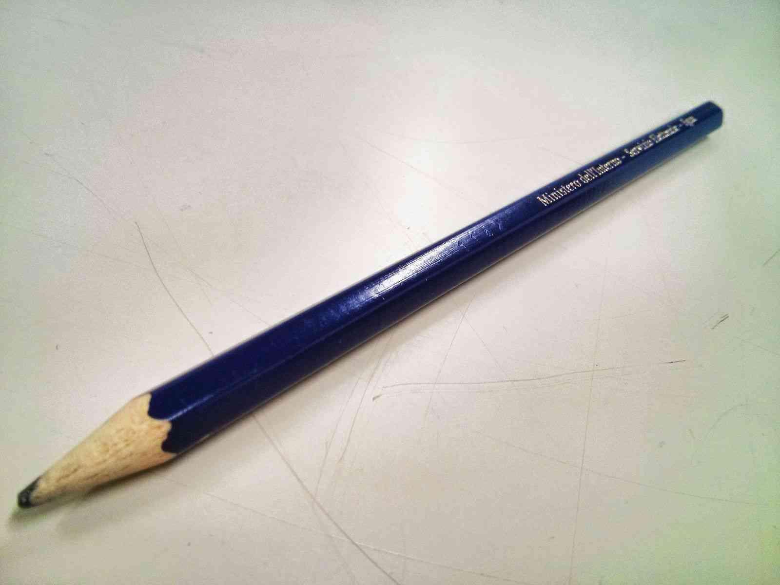 Una matita copiativa in dotazione ai seggi elettorali: prima della scritta è visibile, inciso, un codice numerico. - Foto: Wikipedia