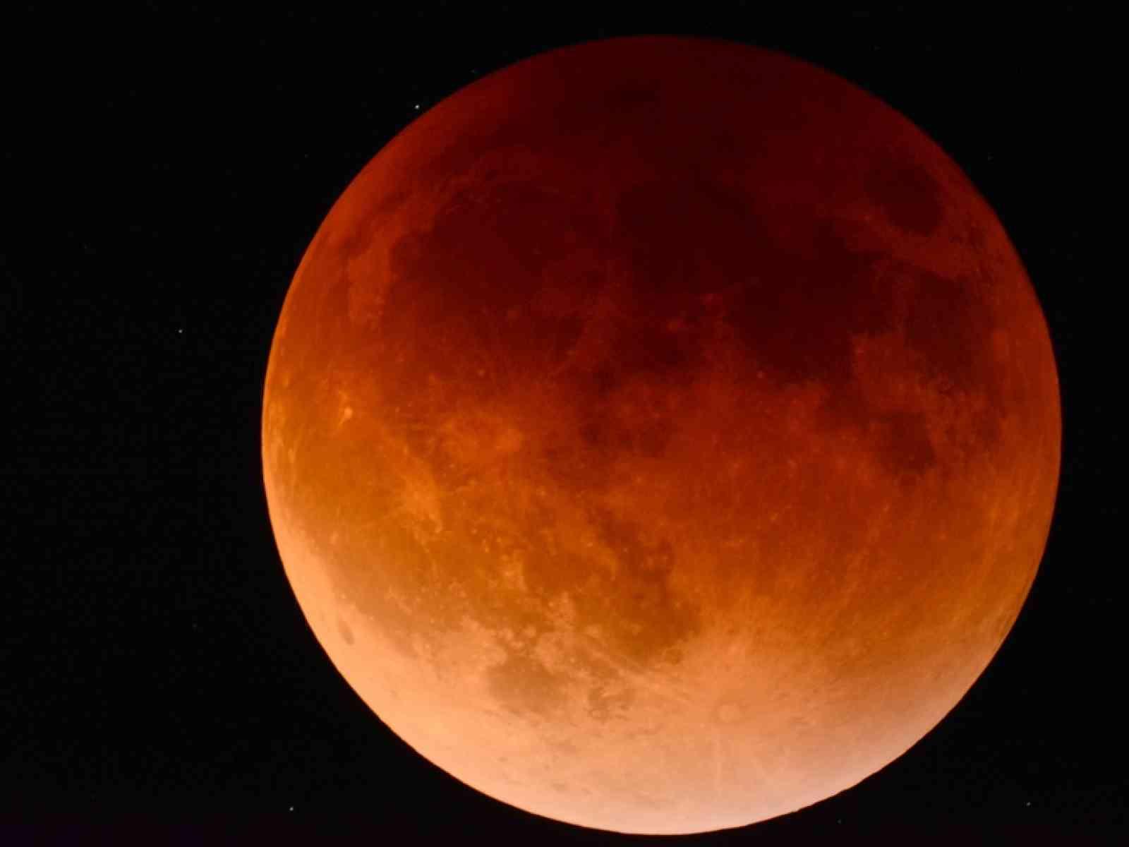Immagine articolo: Perché la Luna è rossa? Ecco perché